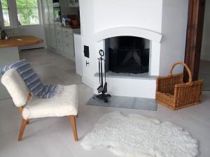 Kombinerat vardagsrum och matrum i anslutning till köket med en vacker avdelande öppen spis. I vardagsrumsdelen är takhöjden ända upp till nocken och ca 5 m.
