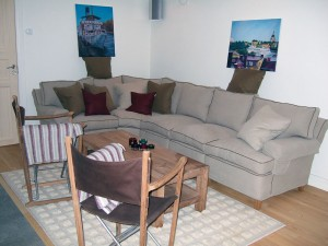 Härligt relaxrum med öppen spis i källare